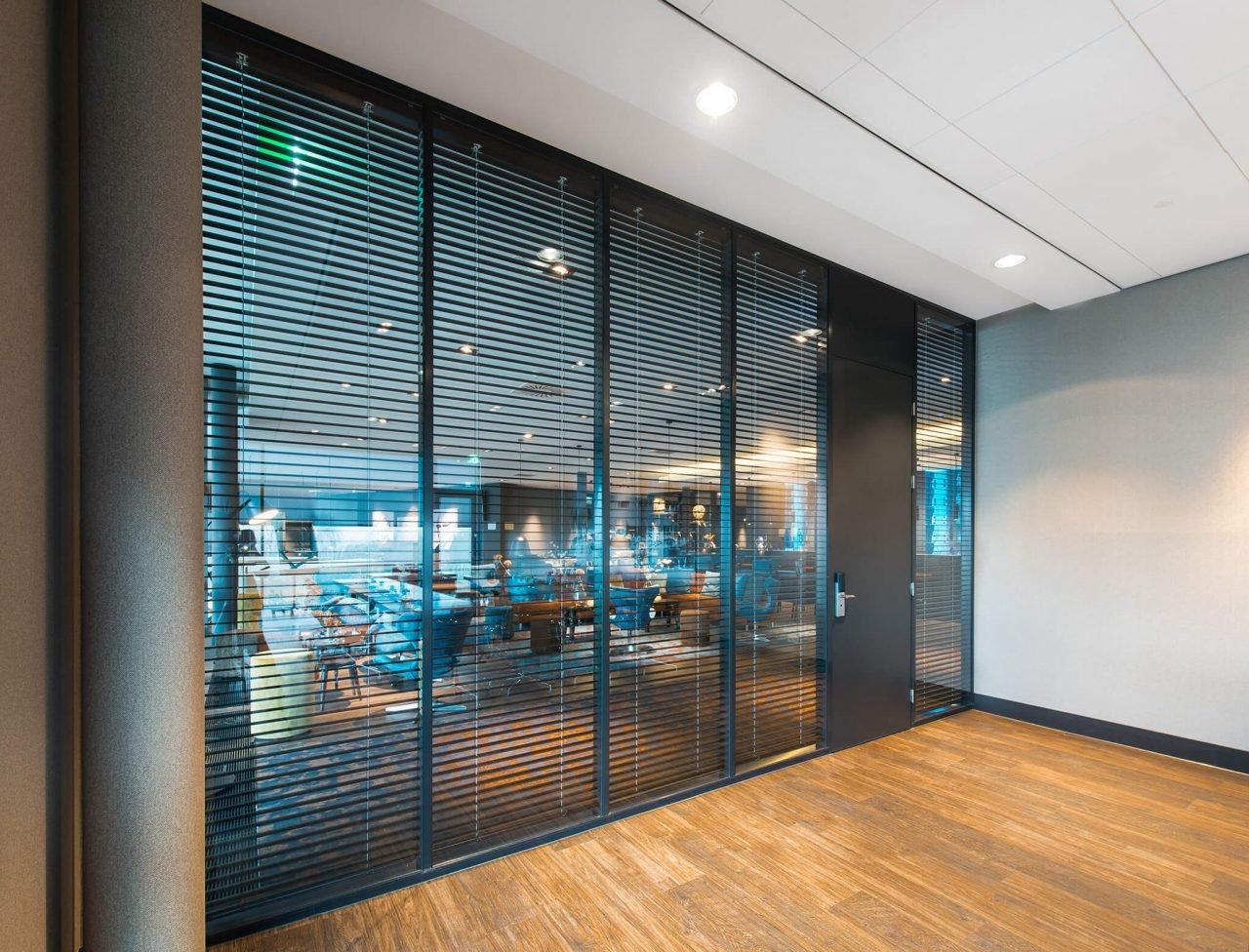 Glazen systeemwand ESD Systeemwanden Van der Valk